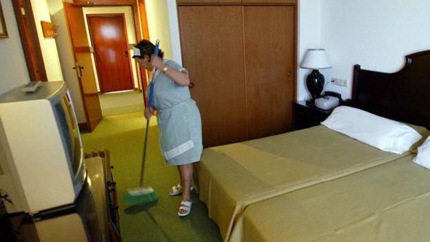 Уборщицы вынуждены убирать до 30 номеров за смену, утверждает профсоюз
