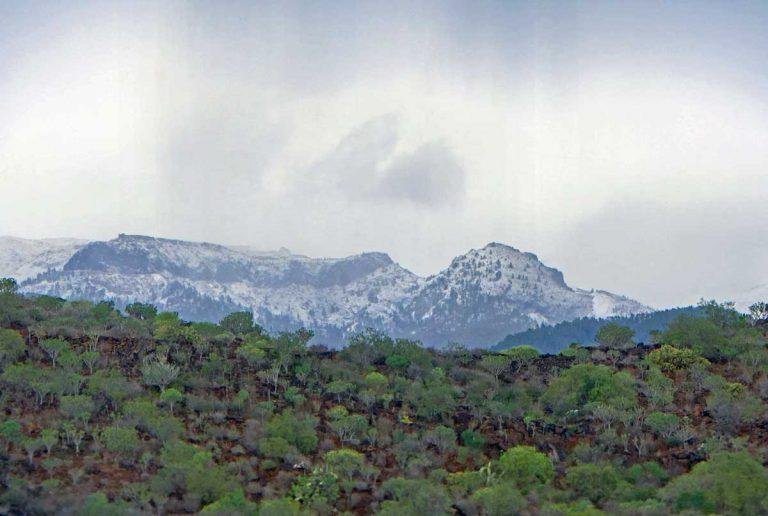Снег лег за пределами вулкана