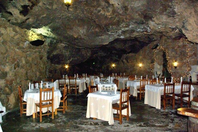 Ресторан в настоящей пещере «La Cueva Caprichosa»