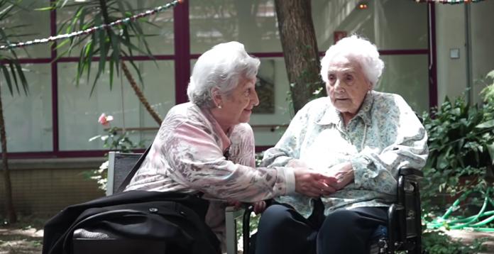 116-летняя Ана Мария Вела Рубио с 89-летней дочерью. Архивное фото