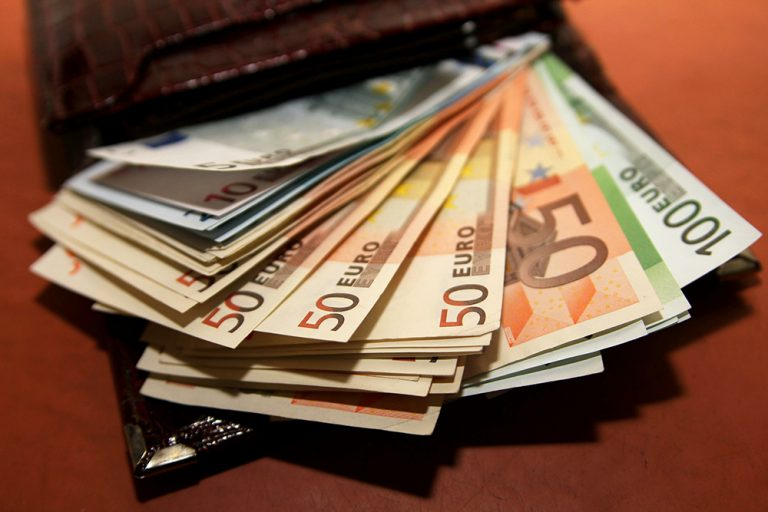 Правительство Испании к2020 году увеличит минимальную зарплату до€850
