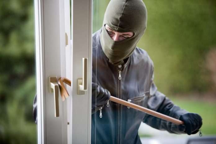Россиянин в Кампельо симулировал ограбление дома, чтобы не отдавать долг