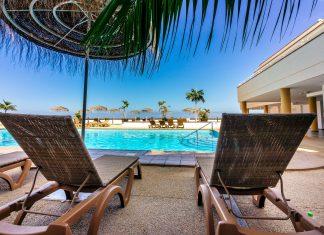 Лежаки у бассейна на Тенерифе