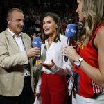 5zjx44l5435071Королева Летисия поддержала испанских спортсменок, одевшись в цвета национальной команды