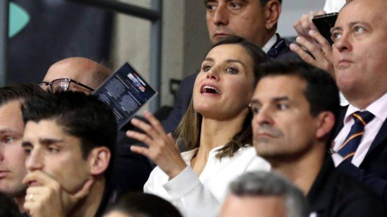 Королева Летисия поддержала испанских спортсменок, одевшись вцвета национальной команды