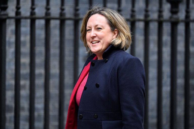 Великобритания призывает британцев этим летом неездить вИспанию, включая Канарские острова